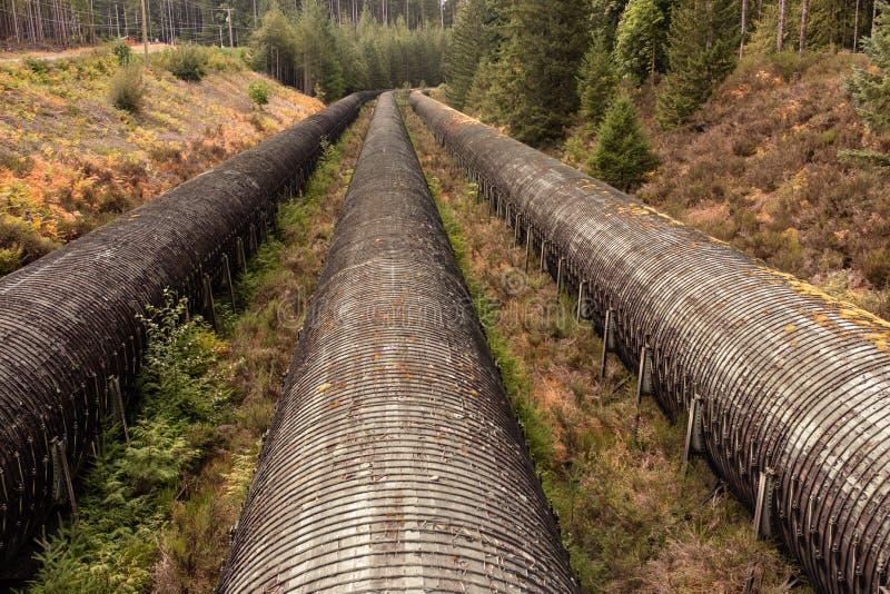 Los tubos de agua de Overground en central hidroeléctrica en Sunny Summer Day, alces caen Campbell River, A.C., Canadá foto de archivo