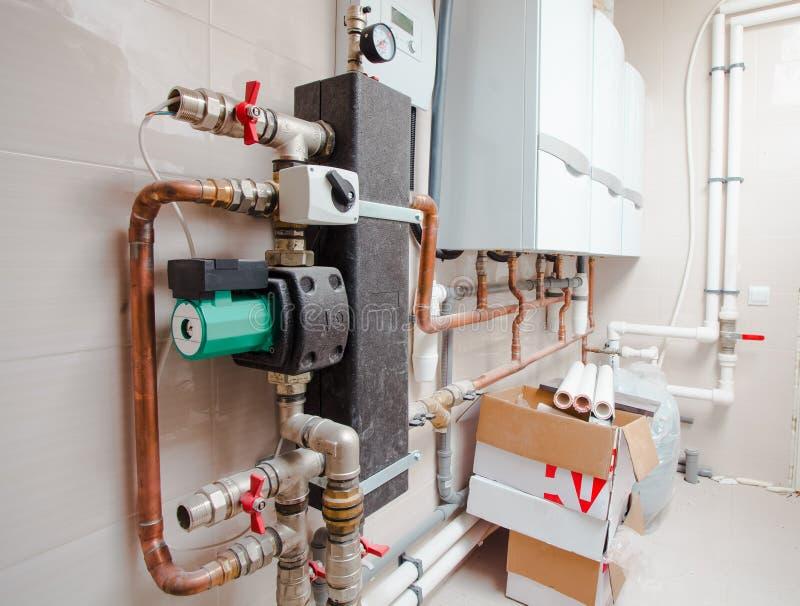 Los tubos de la fontanería del sistema de calefacción están instalados en el apartamento imágenes de archivo libres de regalías