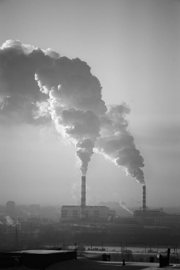 Los tubos fuman la ecolog?a de la ciudad fallecen foto de archivo libre de regalías