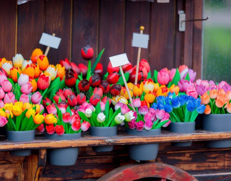 Los tulipanes artificiales en los potes en venta se colocan imagen de archivo