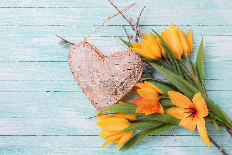 Download Los Tulipanes Frescos Del Amarillo De La Primavera Florecen, Las Ramas Del Sauce Y Decorat Foto de archivo - Imagen de acontecimiento, poste: 64205106