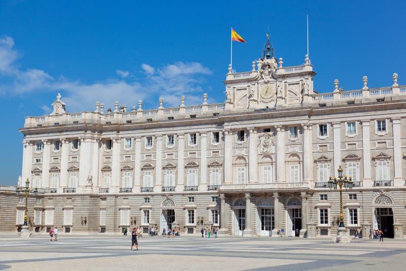 Los turistas acercan al palacio real fotografía de archivo