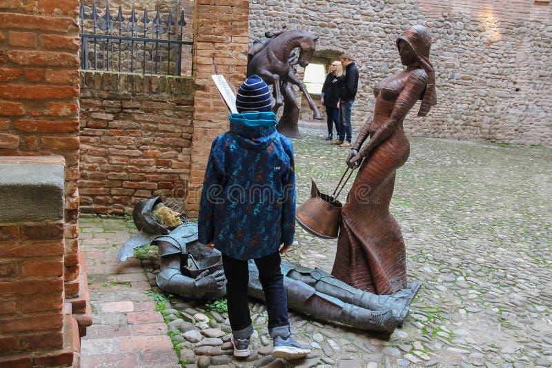 Los turistas acercan a instalaciones esculturales decorativas en antiguo para fotografía de archivo libre de regalías