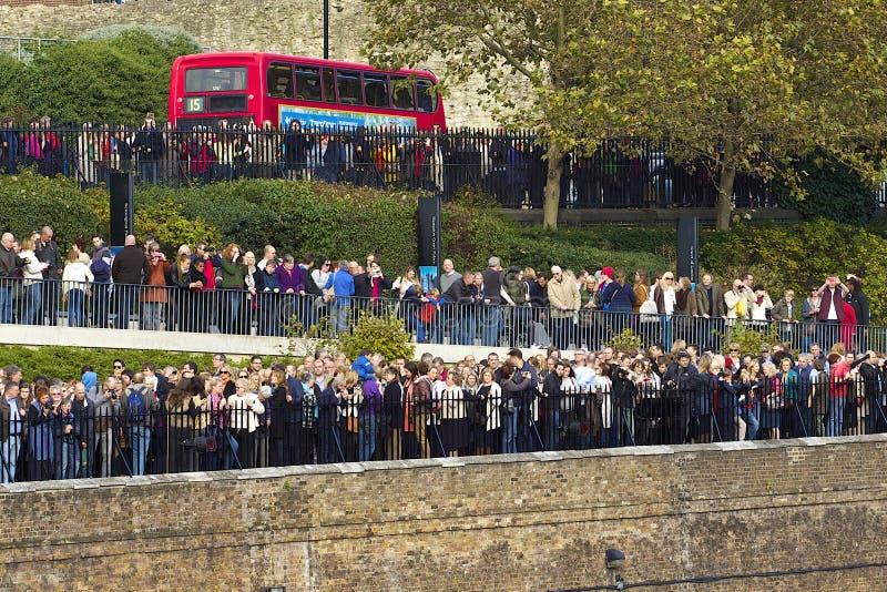 Los turistas acercan a la torre de Londres fotografía de archivo libre de regalías