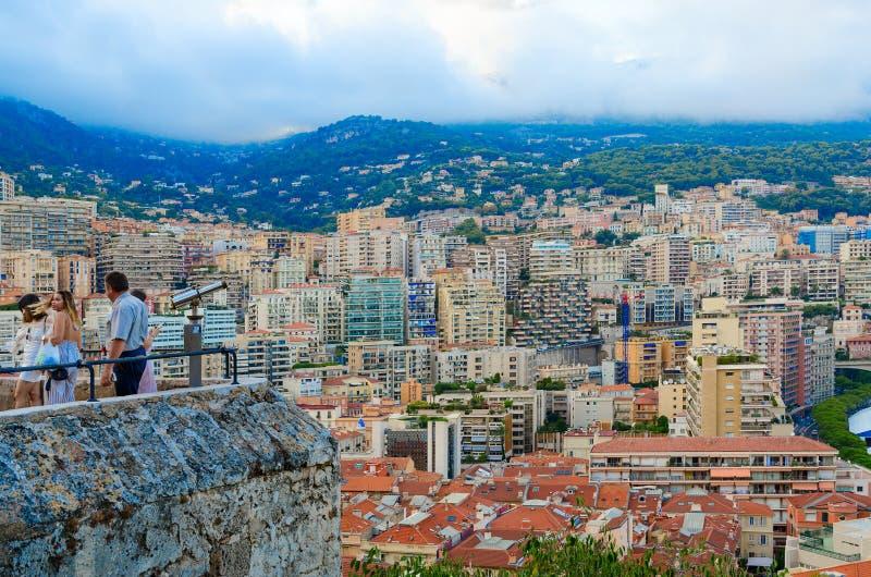 Los turistas admiran la opinión hermosa de la tarde de Monte Carlo de la plataforma de observación, Mónaco fotografía de archivo libre de regalías