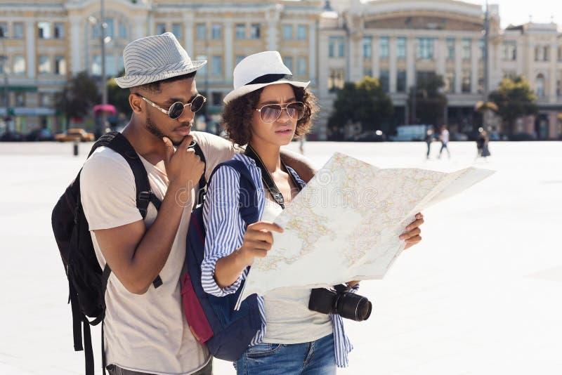 Los turistas afroamericanos perdieron y buscando su ubicación imágenes de archivo libres de regalías