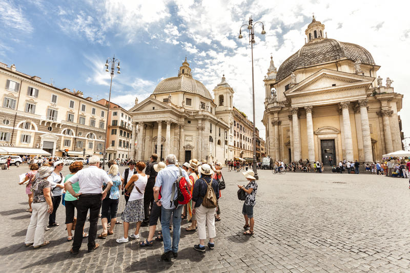 Los turistas agrupan con el guía turístico en Roma, Italia Plaza del popolo traveling foto de archivo libre de regalías