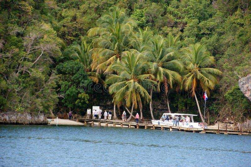 Los turistas aterrizados en la isla República Dominicana fotos de archivo libres de regalías