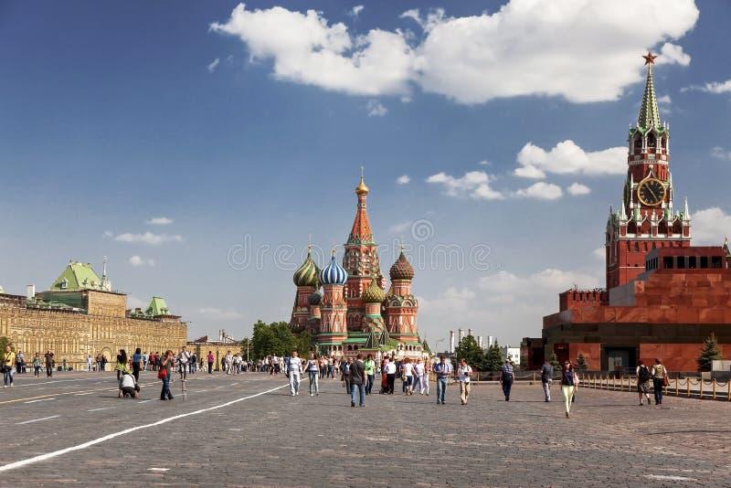 Los turistas caminan en el cuadrado rojo en un día de verano soleado, Moscú, foto de archivo