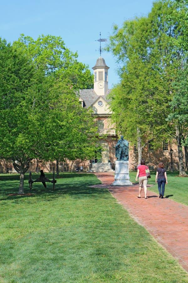 Los turistas caminan hacia el edificio de Wren en el Guillermo y la Maria fotos de archivo