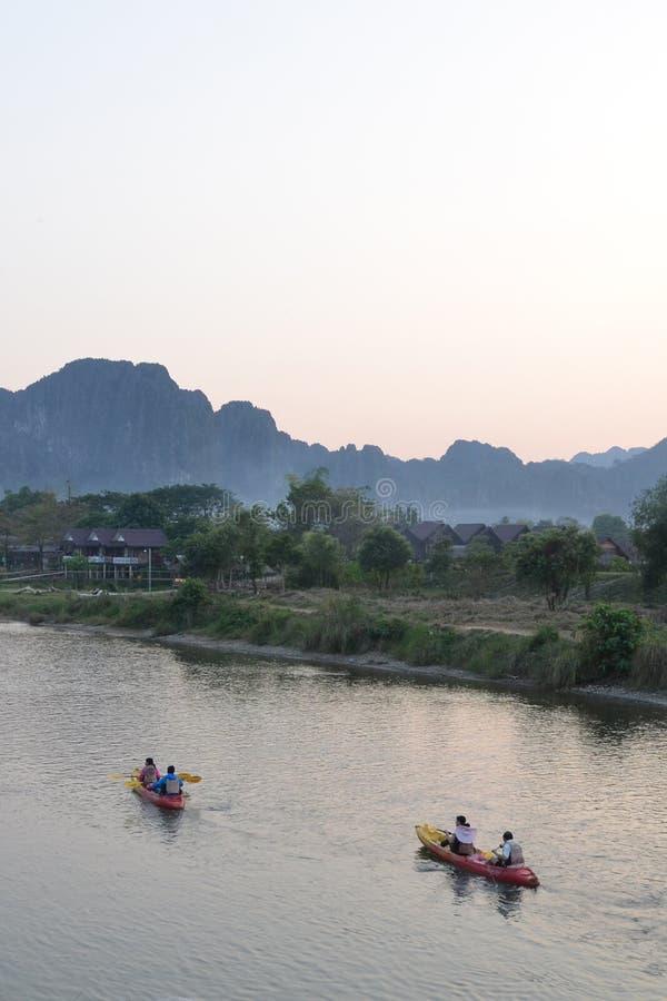 Los turistas canoeing en el río fotografía de archivo libre de regalías
