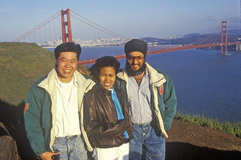 Los turistas de Malasia presentan para una imagen con puente Golden Gate como contexto, San Francisco, California imagenes de archivo