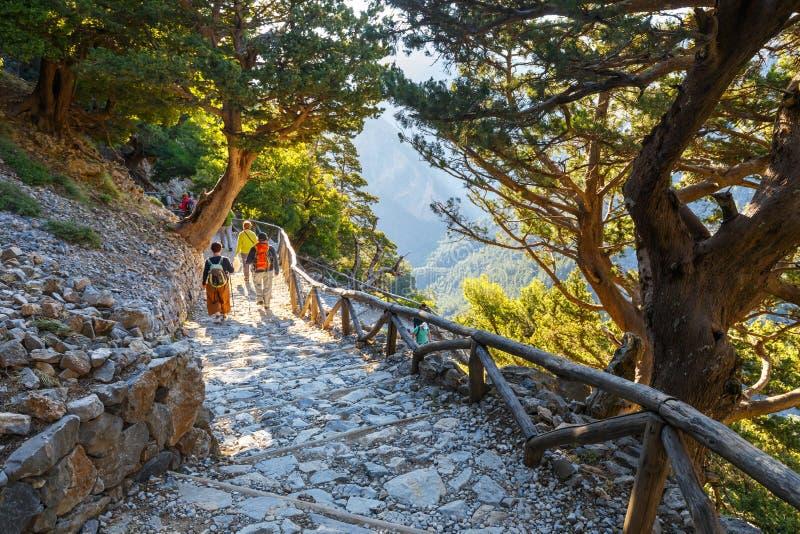 Los turistas descienden abajo de la garganta Samaria en Creta central, Grecia imágenes de archivo libres de regalías