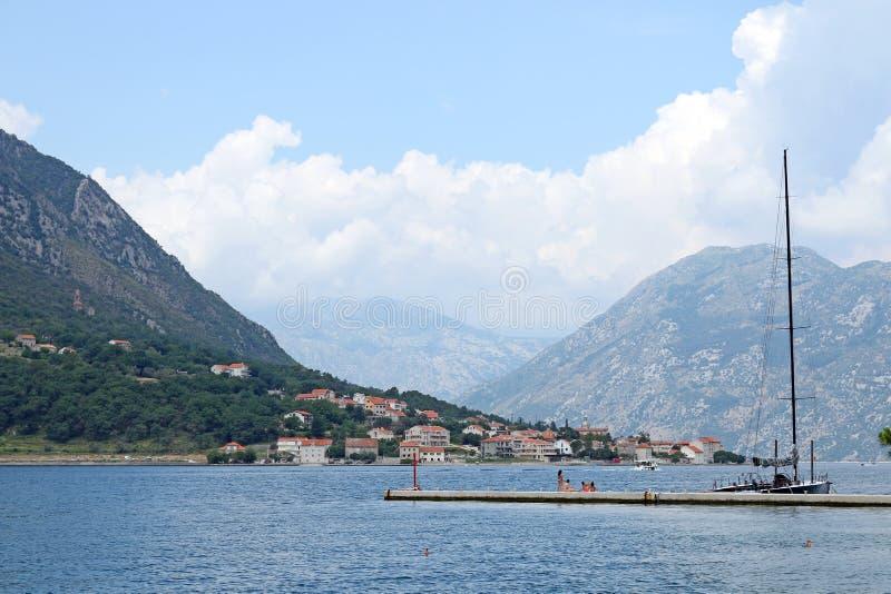 Los turistas disfrutan de vacaciones de verano en la bahía de Kotor del mar fotografía de archivo libre de regalías