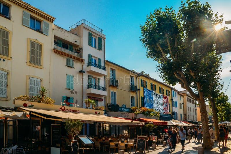 Los turistas en Antibes, ` Azur, Francia de Cote d se sientan en una terraza en un restaurante durante el verano fotos de archivo libres de regalías