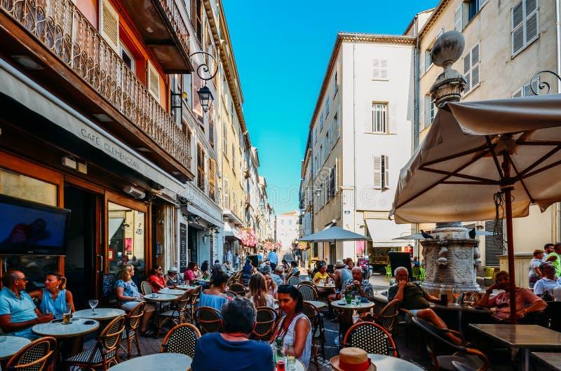 Los turistas en Antibes, ` Azur, Francia de Cote d se sientan en una terraza en un restaurante durante el verano imagenes de archivo