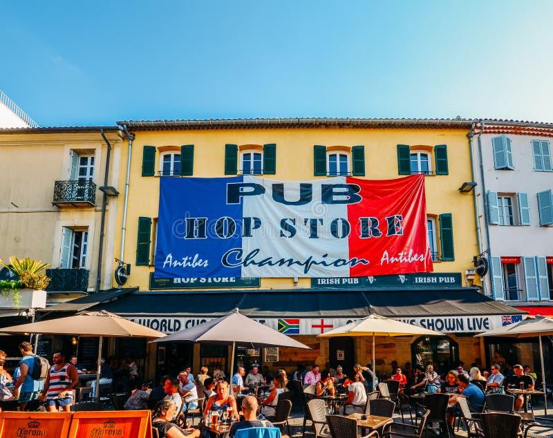 Los turistas en Antibes, ` Azur, Francia de Cote d se sientan en una terraza en un restaurante durante el verano imágenes de archivo libres de regalías