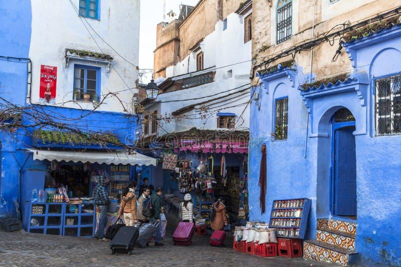 Los turistas en Chefchaouen, Marruecos fotos de archivo