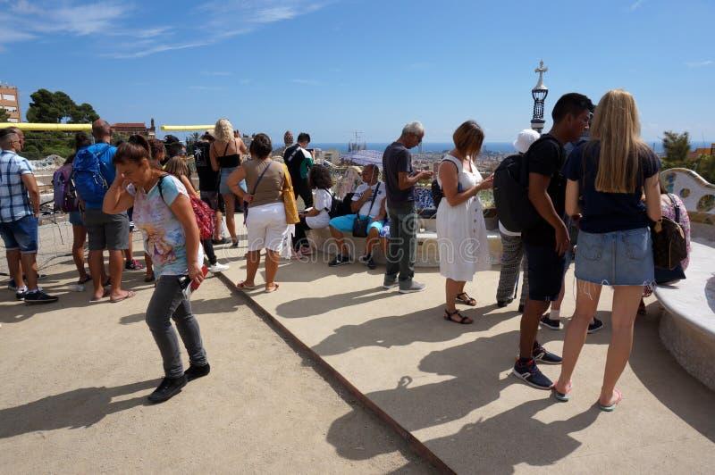 Los turistas en el parque Guell pasan por alto en Barcelona imagenes de archivo