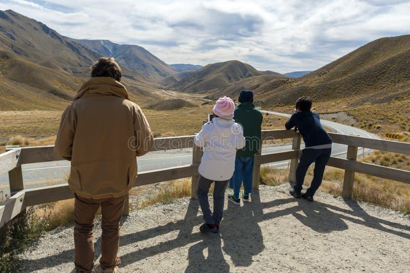 Los turistas en el puesto de observación escénico de Lindis pasan, Nueva Zelanda foto de archivo libre de regalías