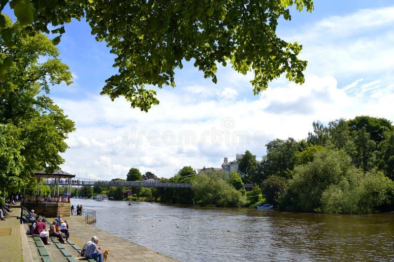 Los turistas en el río Dee ejercen la actividad bancaria en el centro de Chester City fotografía de archivo libre de regalías