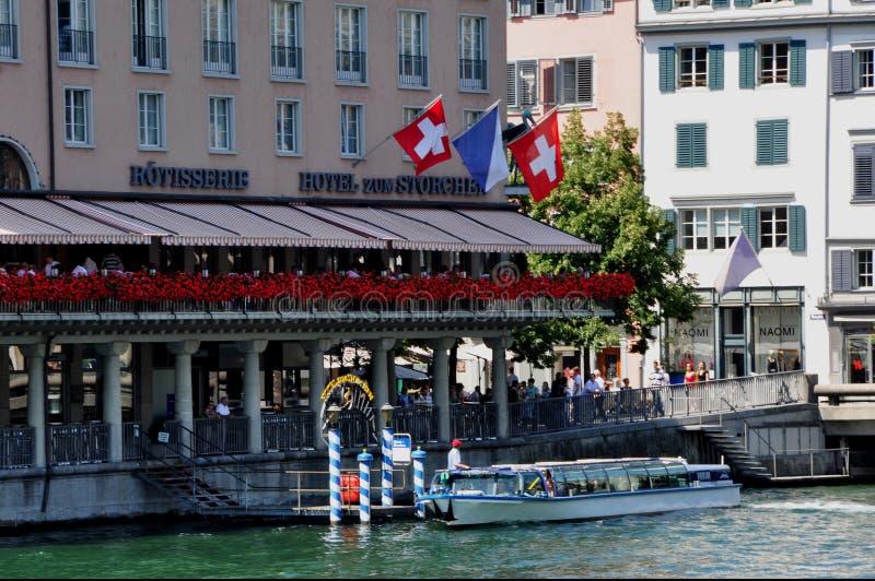 Los turistas en ricos del ¼ de ZÃ pueden también tomar el barco f de la Limmat-Río-travesía fotos de archivo