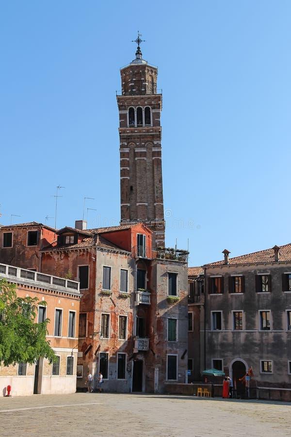 Los turistas en Sant Anzolo ajustan en Venecia, Italia imagen de archivo