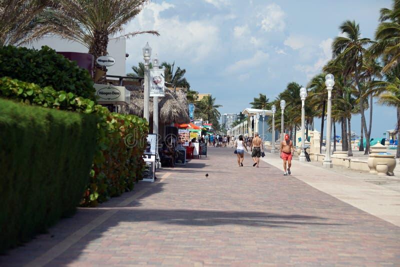 Los turistas en una costa promenade en Dania Beach, la Florida fotografía de archivo