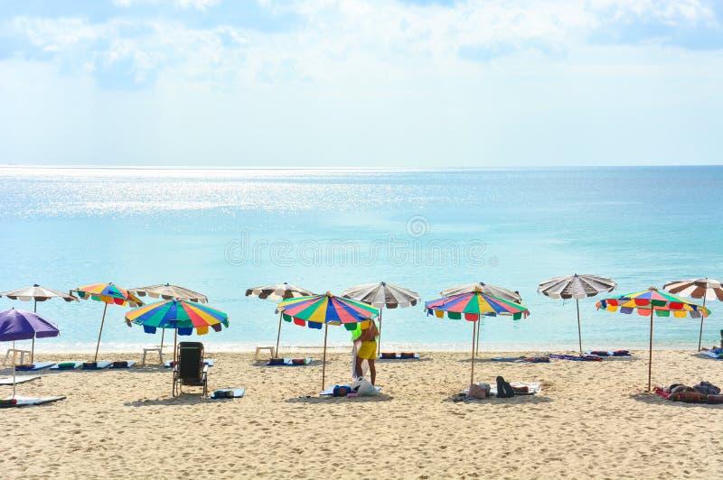 Los turistas están disfrutando de sus actividades en la playa en un día soleado imagen de archivo libre de regalías