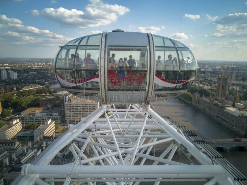 Los turistas están disfrutando del horizonte de Londres de una cápsula del ojo de Londres imágenes de archivo libres de regalías