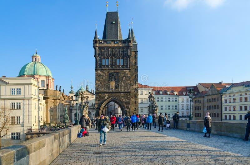 Los turistas están en Charles Bridge, Praga, República Checa Vista de la torre vieja del puente de la ciudad imagen de archivo