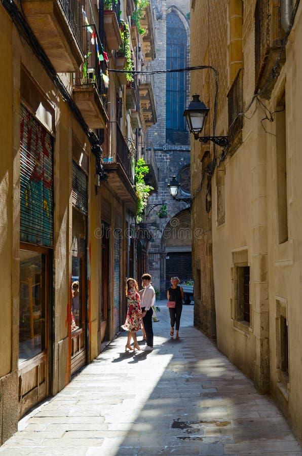 Los turistas están en la calle estrecha en el cuarto gótico famoso, Barcelona, España imagen de archivo libre de regalías