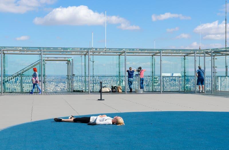 Los turistas están en plataforma de observación en el tejado de la torre de Montparnasse, París, Francia imágenes de archivo libres de regalías