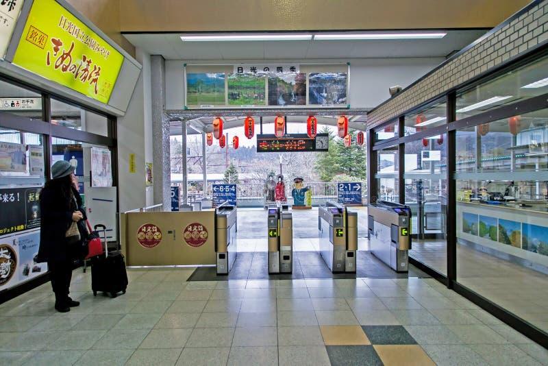 Los turistas están esperando dentro de la estación de Tobu Nikko, ésta son un viaje popular de Tokio a nikko, Japón imágenes de archivo libres de regalías