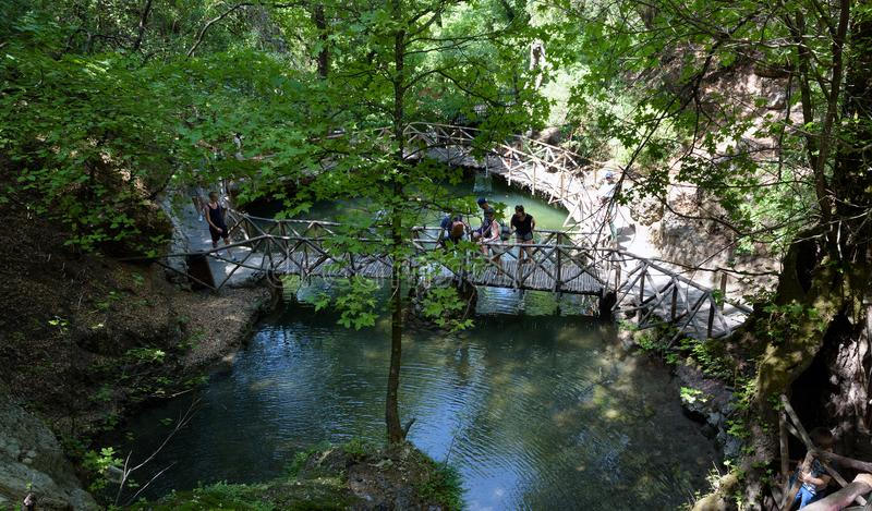Los turistas están explorando caminando los caminos en el bosque de Butterfly Valley en la isla de Rodas, Grecia imagenes de archivo