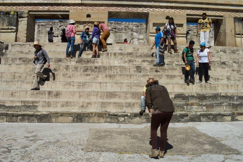 Los turistas están presentando para las fotos delante de la pirámide principal en t fotografía de archivo libre de regalías