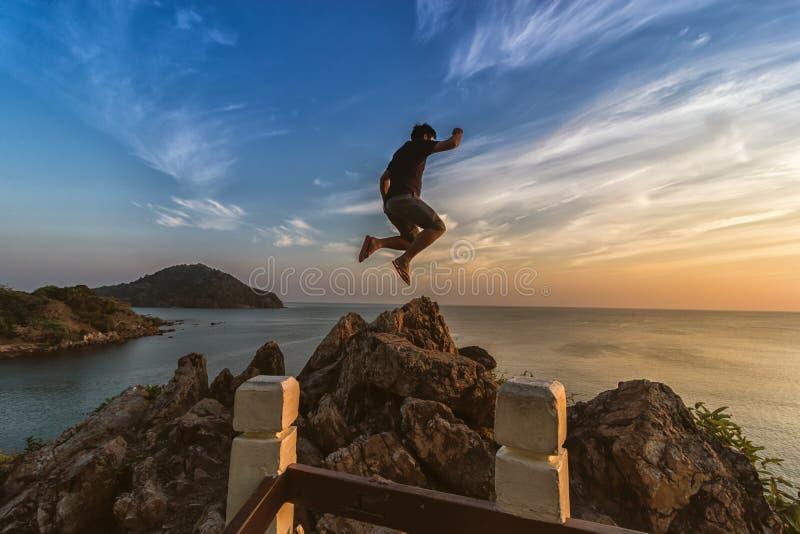 Los turistas están saltando en el punto de opinión del mar imagen de archivo