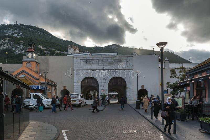 Los turistas están visitando las puertas magníficas de las casamatas en el centro de la ciudad foto de archivo