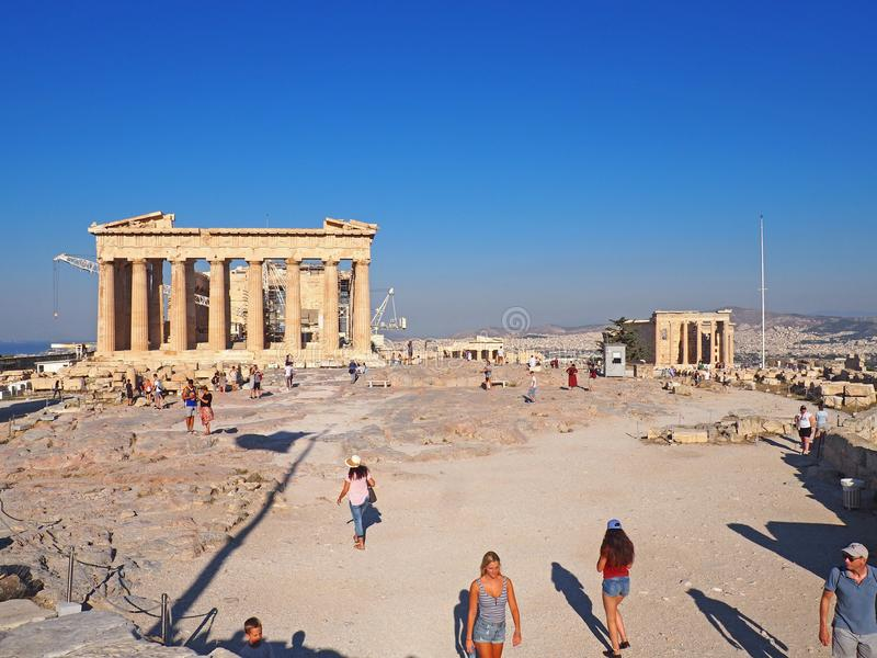 Los turistas exploran la acrópolis por la mañana fotos de archivo