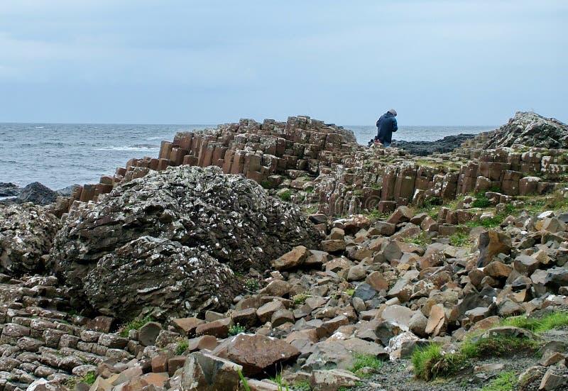 Los turistas exploran las formaciones de roca inusuales en el terraplén gigante del ` s fotografía de archivo libre de regalías