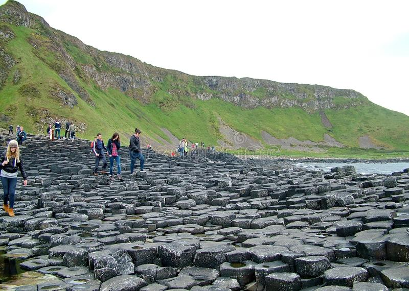Los turistas exploran las formaciones de roca inusuales en el terraplén gigante del ` s fotos de archivo libres de regalías