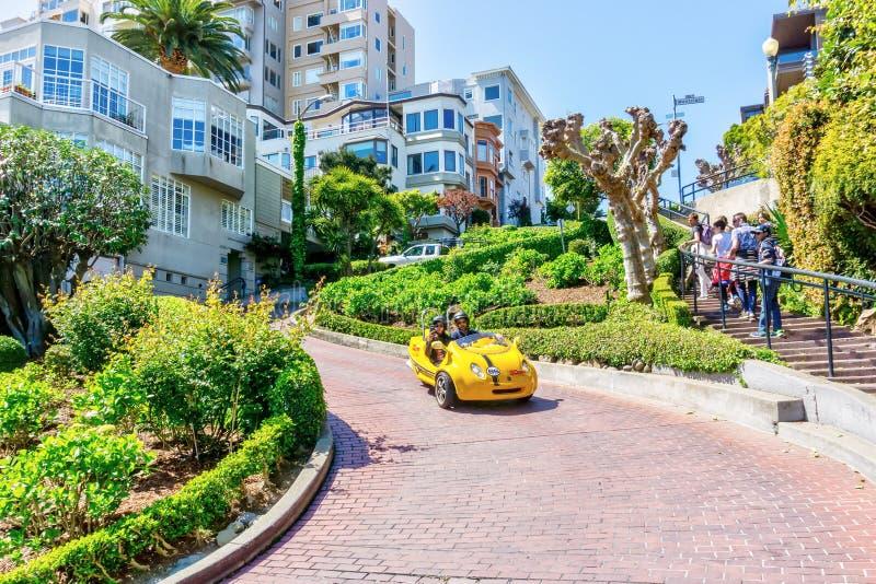 Los turistas exploran a San Francisco Lombard Street en GoCar imagen de archivo