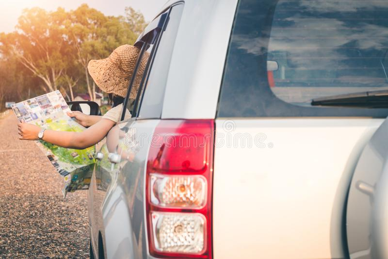 Los turistas femeninos investigan sobre direcciones de la gente en el ?rea para conseguir el objetivo correcto foto de archivo libre de regalías