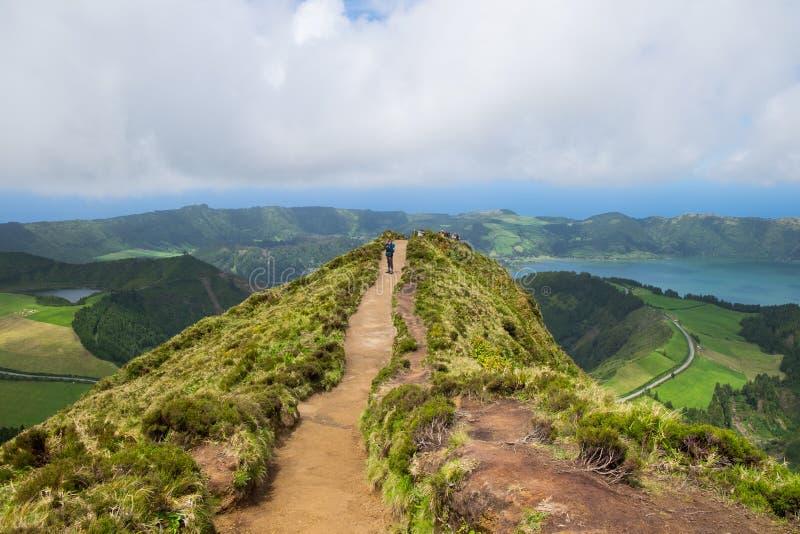 Los turistas gozan de hermosa vista de Boca hacen el infierno en la isla Azores imágenes de archivo libres de regalías