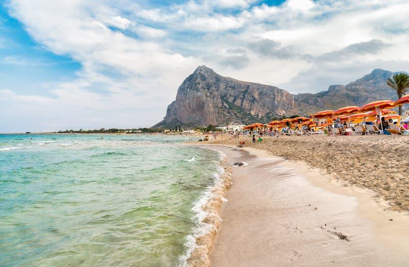 Los turistas gozan del mar Mediterráneo en la playa famosa de San Vito Lo Capo, Italia fotografía de archivo