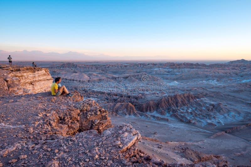 Los turistas hacen imágenes en el desierto de Atacama, Chile imagenes de archivo