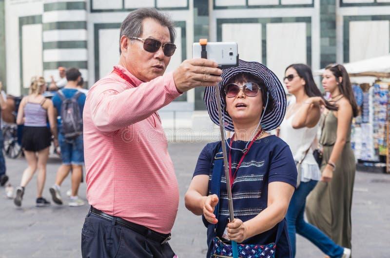 Los turistas hacen selfi en Florencia imagen de archivo