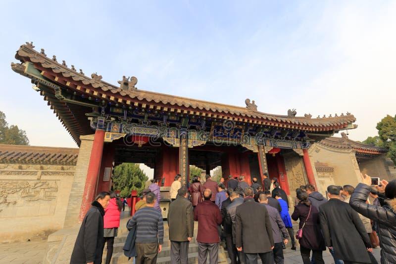Los turistas incorporan la entrada principal del templo del daciensi, adobe rgb imagen de archivo libre de regalías