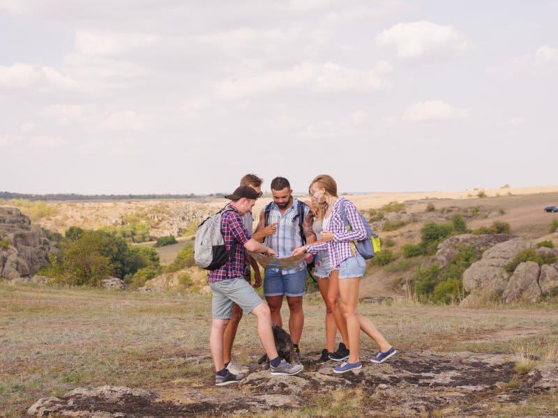 Los turistas jovenes están reflexionando el camino futuro de su viaje imagenes de archivo