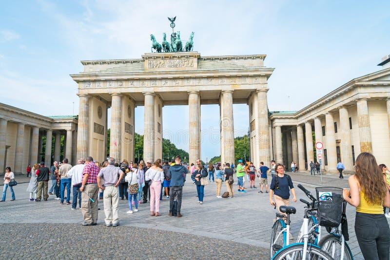 Los turistas llegan en grandes números diariamente para ver y para fotografiar imagen de archivo libre de regalías